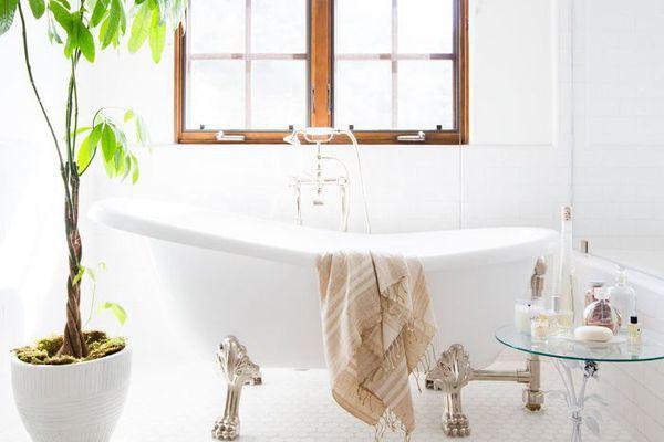 bathroom with a clawfoot bathtub