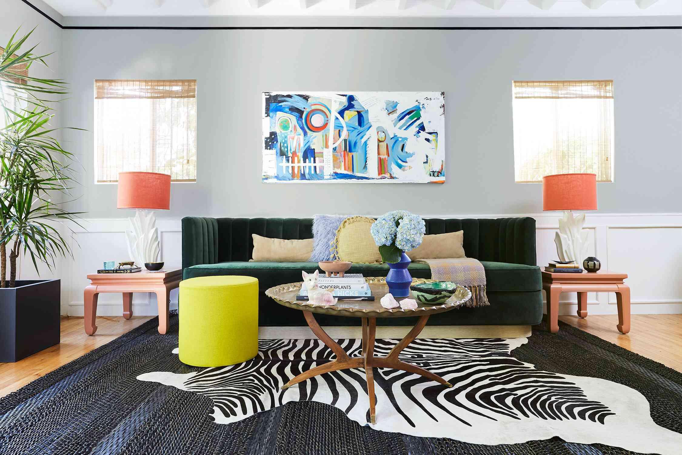 sala de estar maximalista con una alfombra de cebra