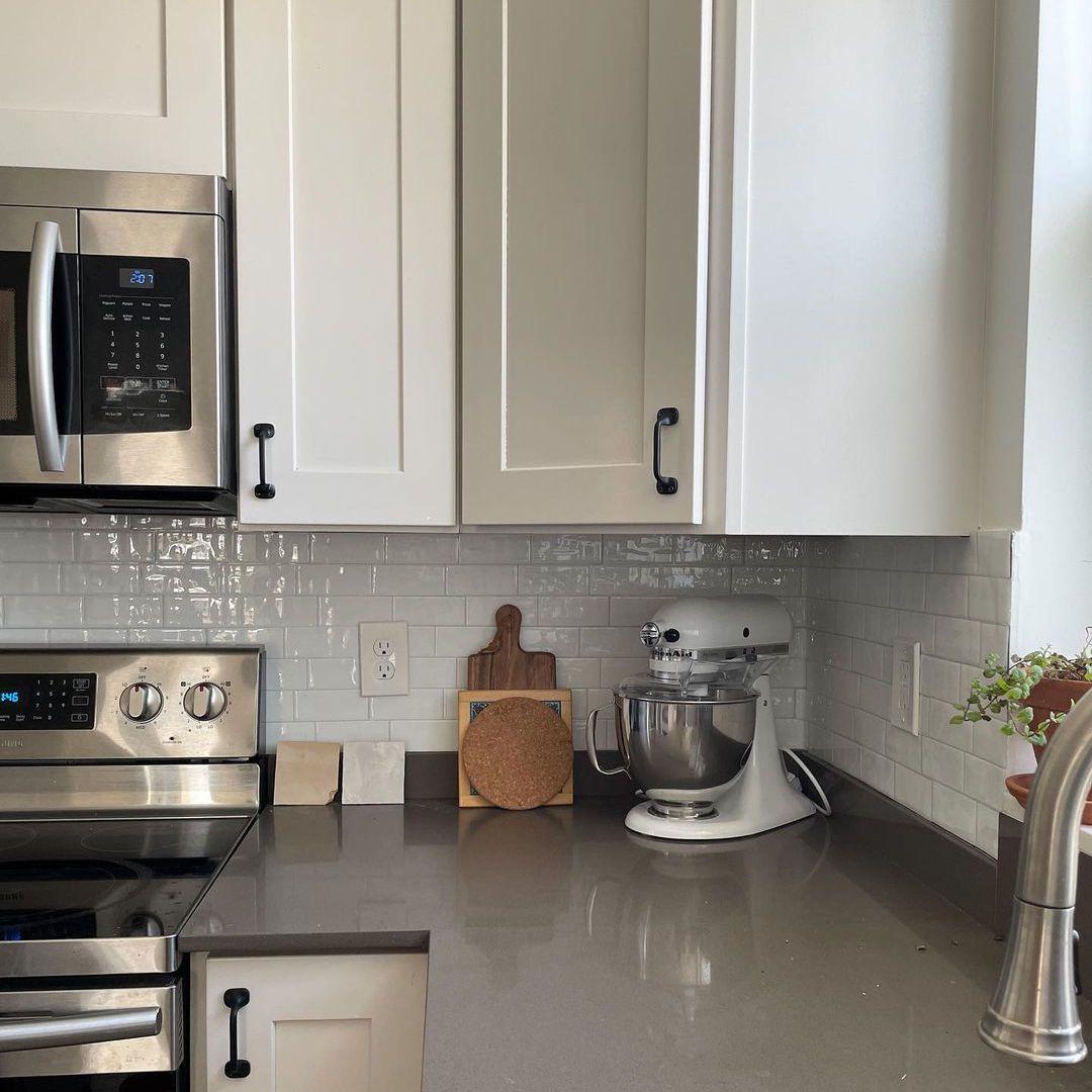 Small white backsplash in kitchen