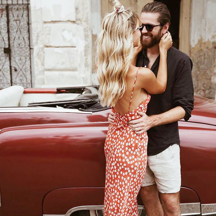 una pareja abrazándose