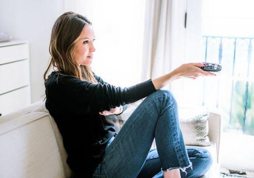 una mujer con un control remoto de TV