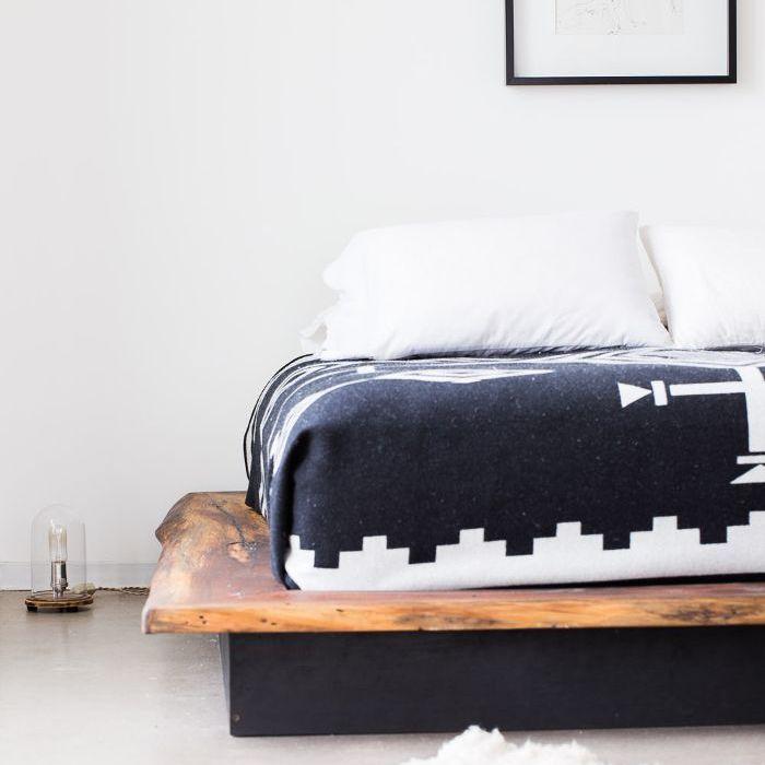 una habitación con madera recuperada