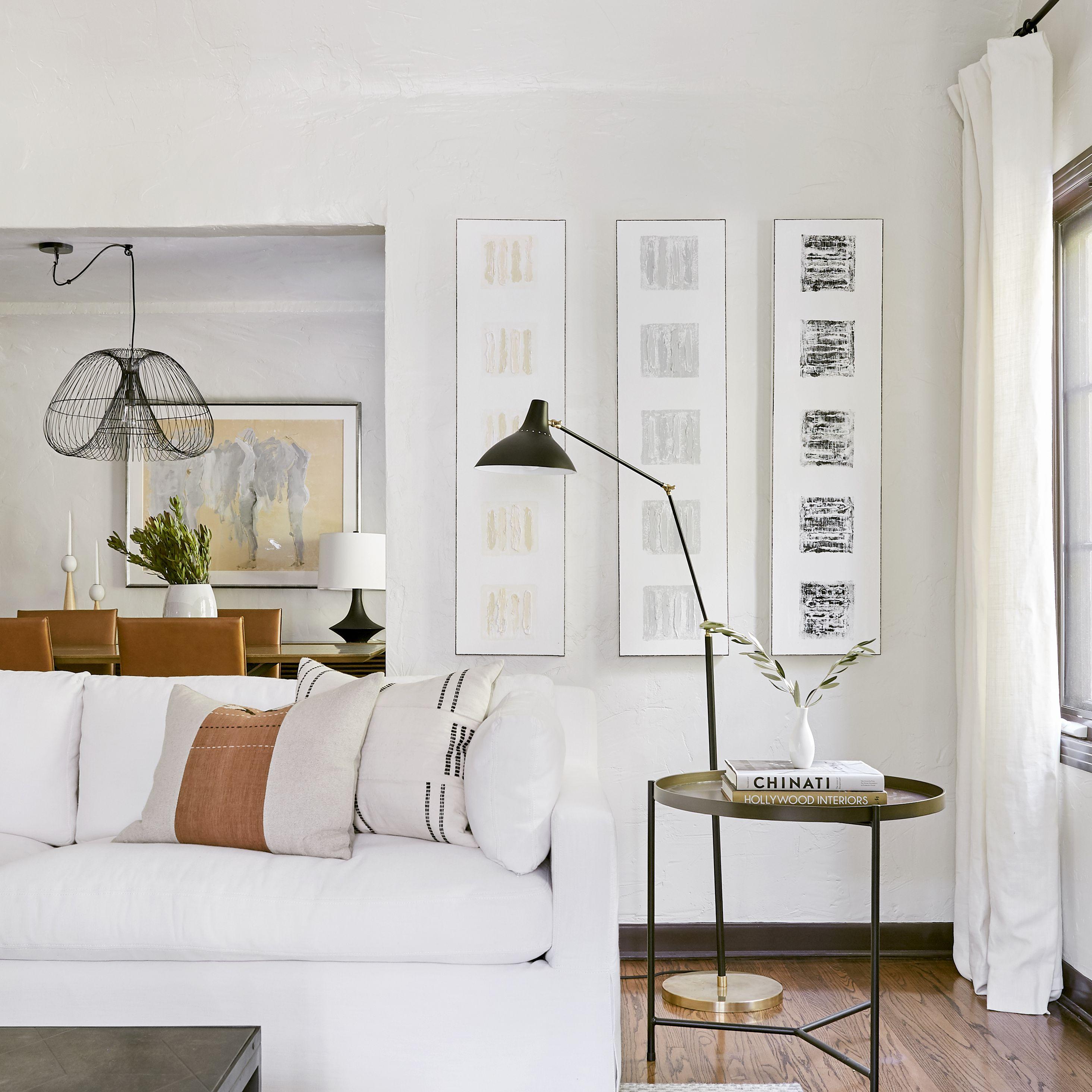 una sala de estar con sofá blanco