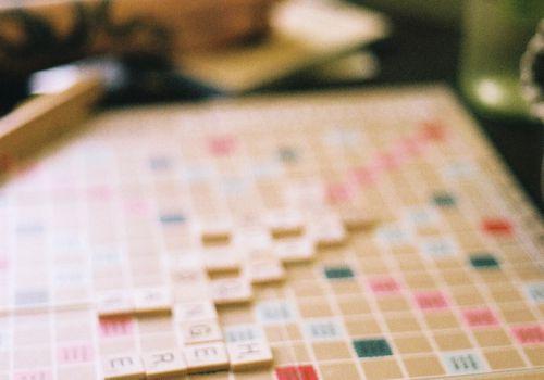 gente jugando Scrabble