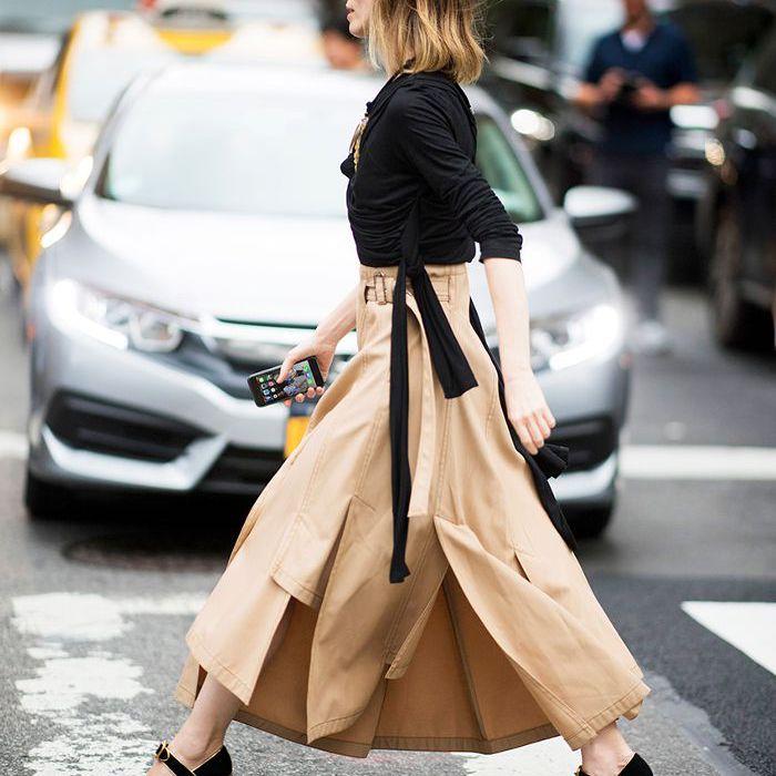 una mujer vestida con un top negro sólido, pantalones de color caqui y zapatos con textura