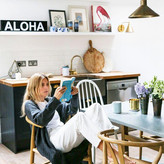 una mujer leyendo en la cocina