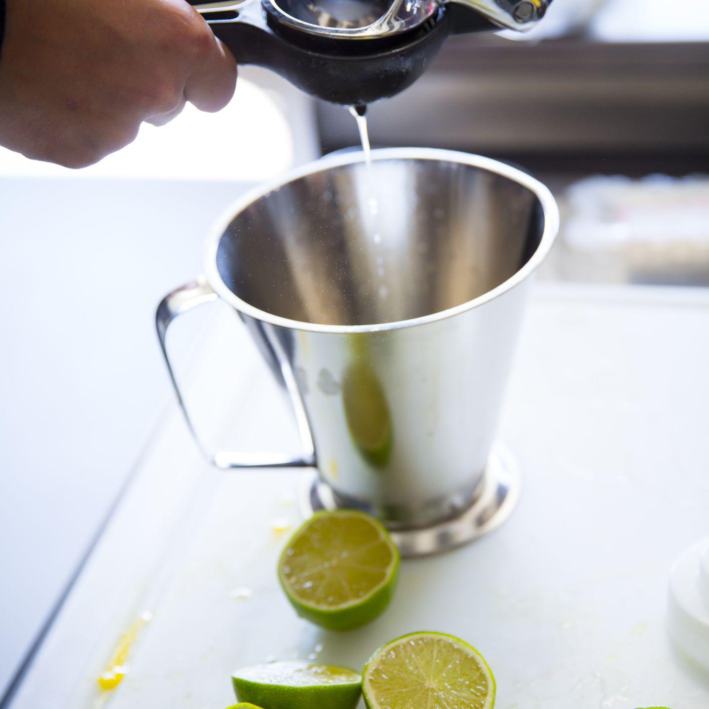 cómo hacer una margarita - exprimir jugo de limón fresco