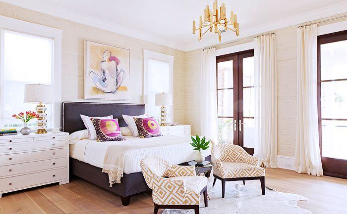 Una habitación en la casa de Rucker está decorada con arte, toques dorados y patrones geométricos.
