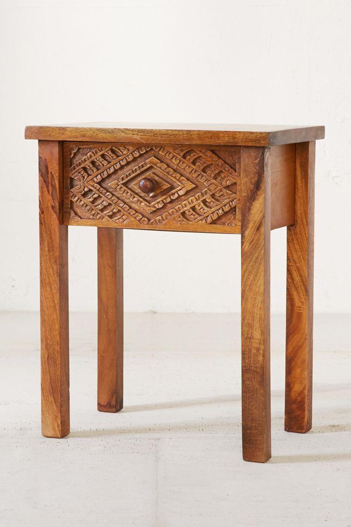 Mesita de noche de madera tallada de Amira