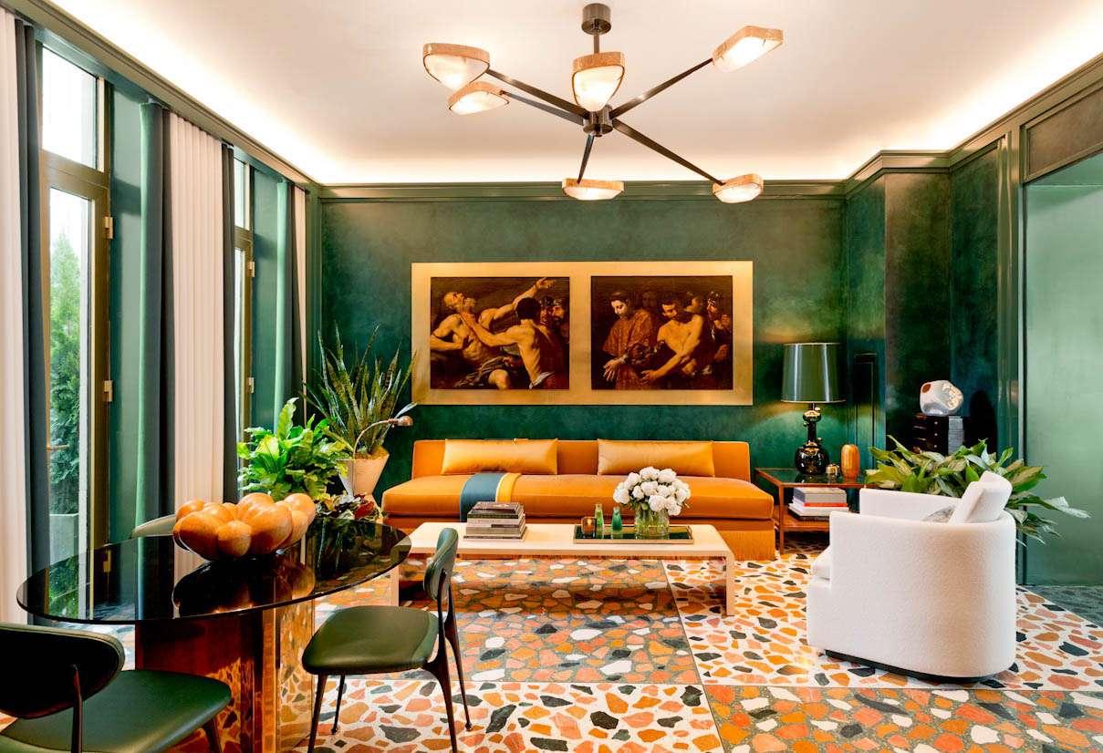 sala de estar maximalista verde esmeralda