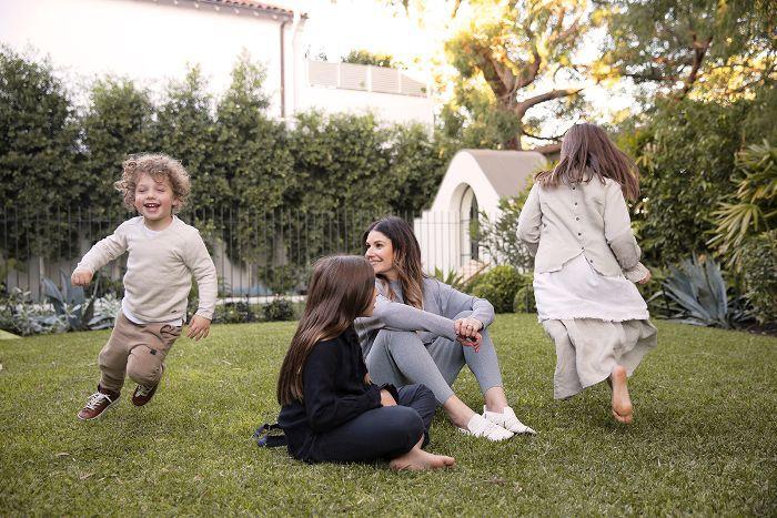 niños corriendo en el patio trasero con mamá