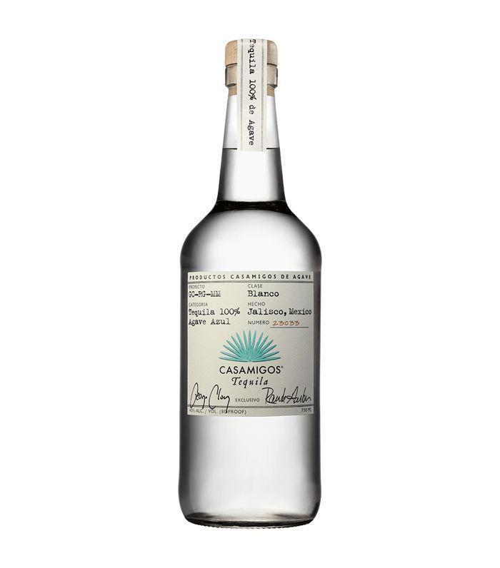Una botella transparente de tequila Casamigos.