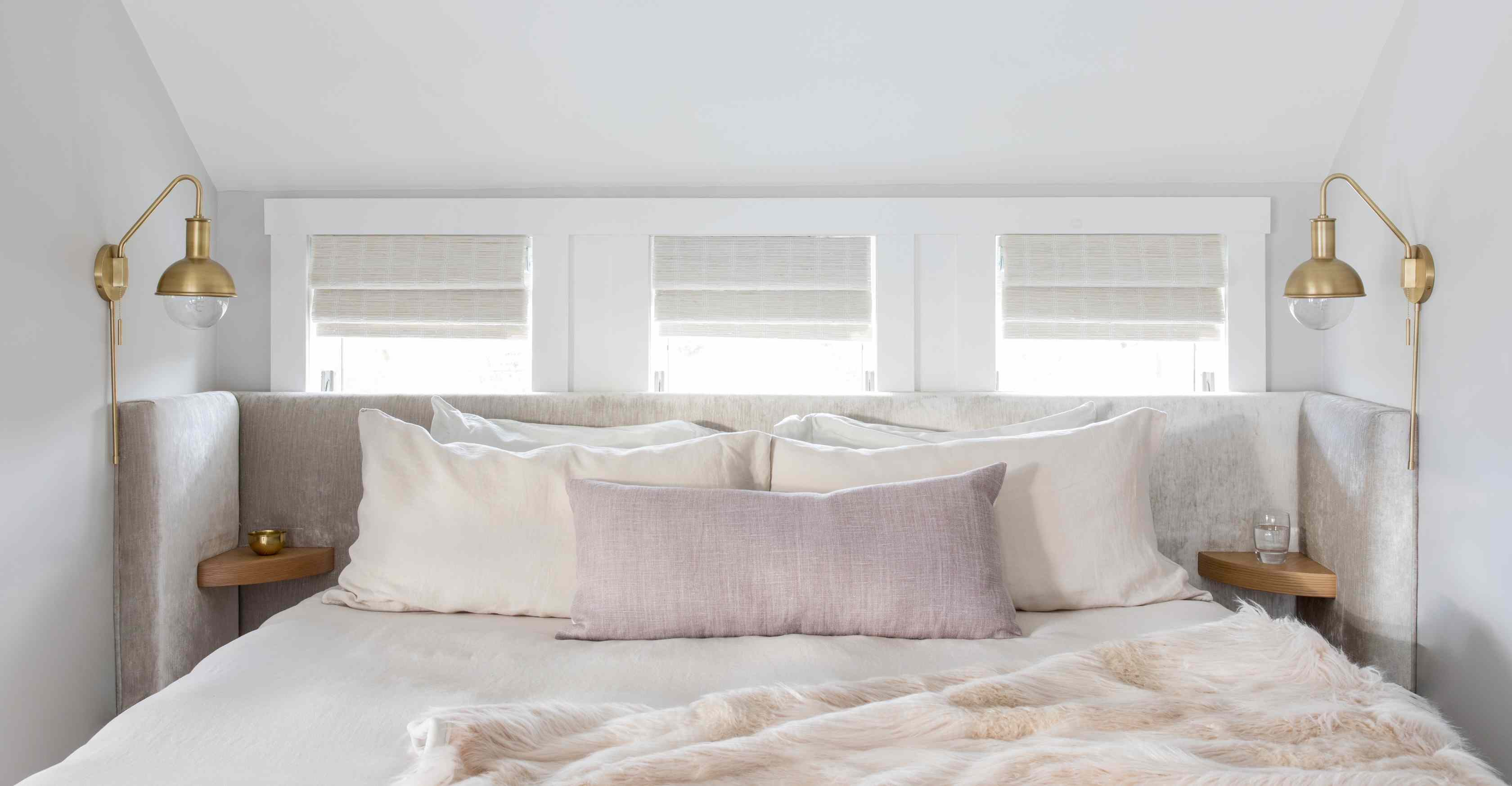 Room with mauve pillowcase