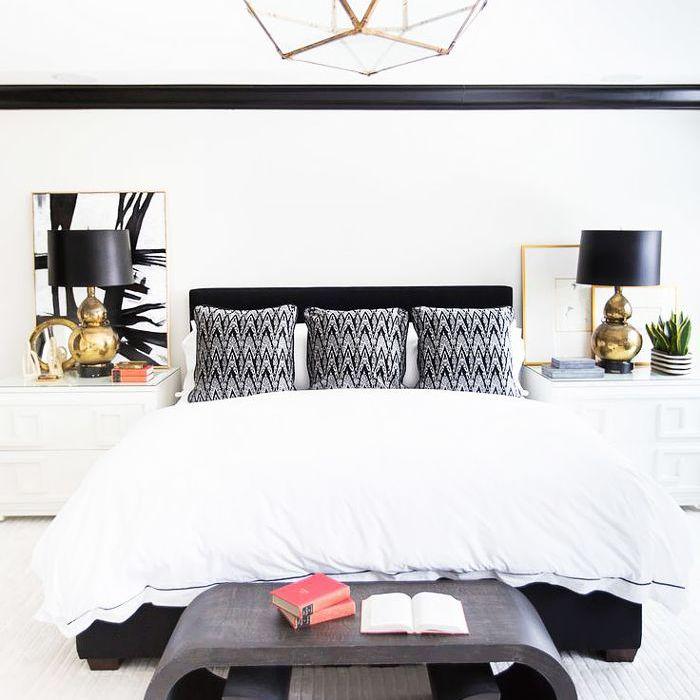 una habitación con arte abstracto en blanco y negro