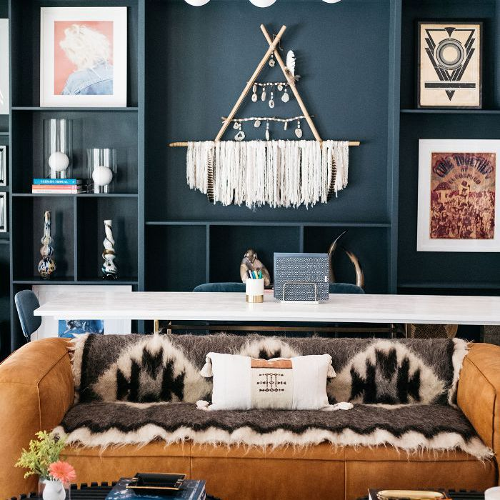 Trish y Billy Ray Cyrus: sala de estar moderna
