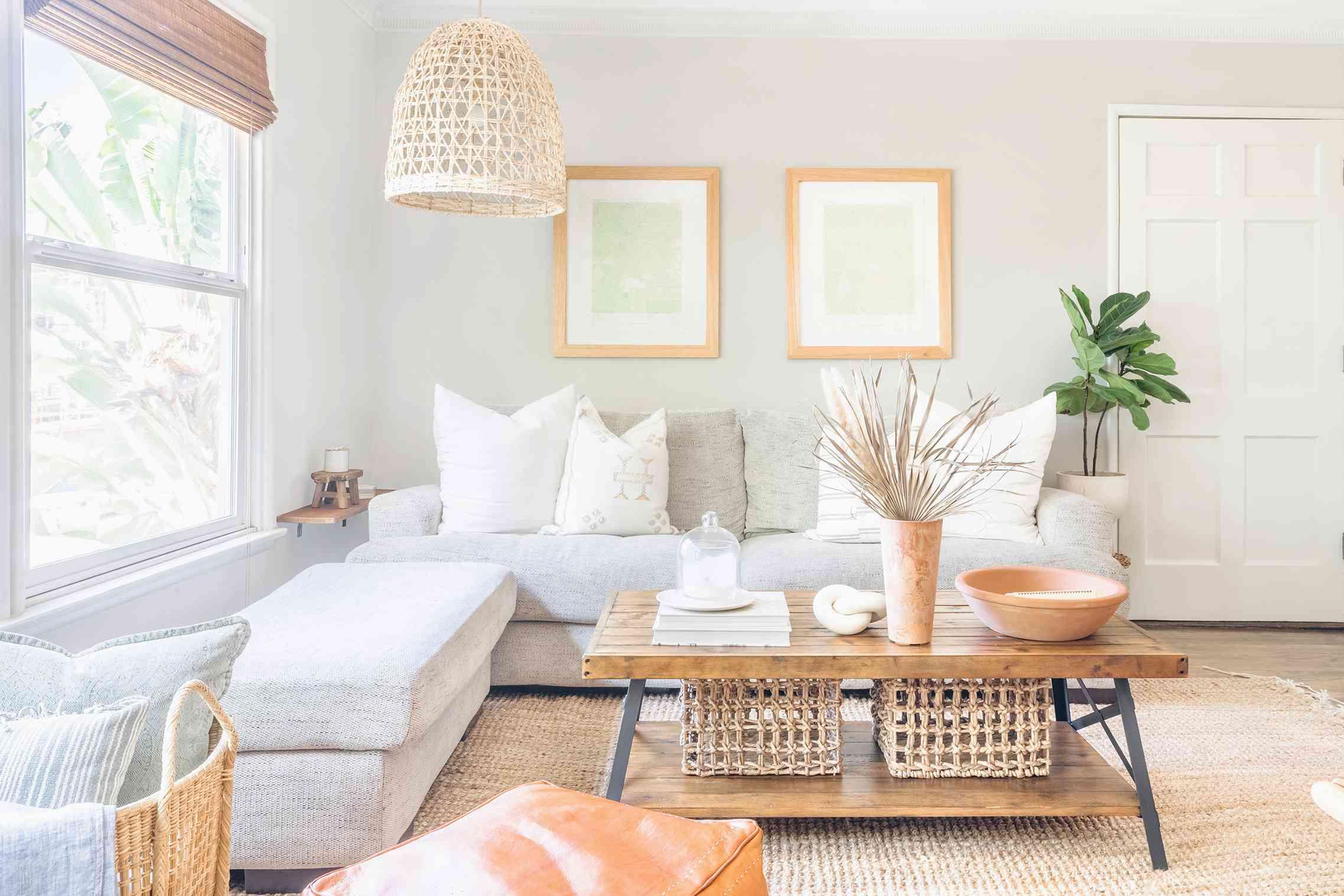 alisha agrellas home tour - sala de estar con relajantes tonos tierra