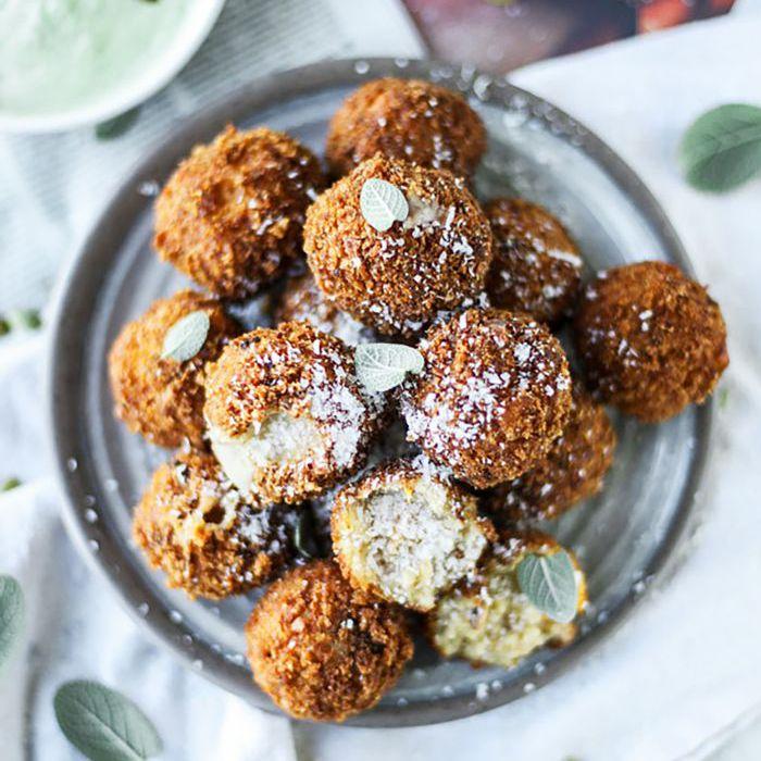 Aperitivos para Acción de Gracias - Arancini de tocino y mantequilla con salsa de pesto de semillas de calabaza