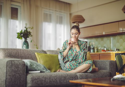mujer tomando café en casa