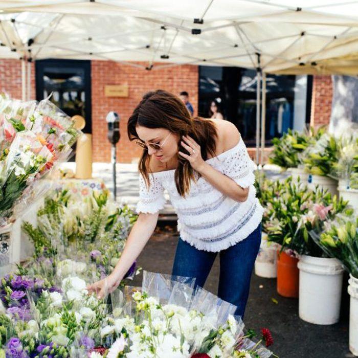 una mujer en un mercado de flores