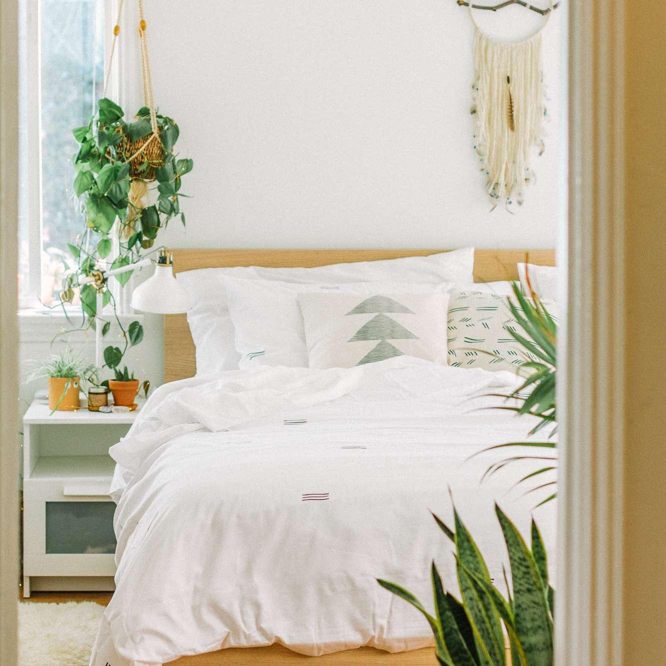 dormitorio blanco con plantas verdes