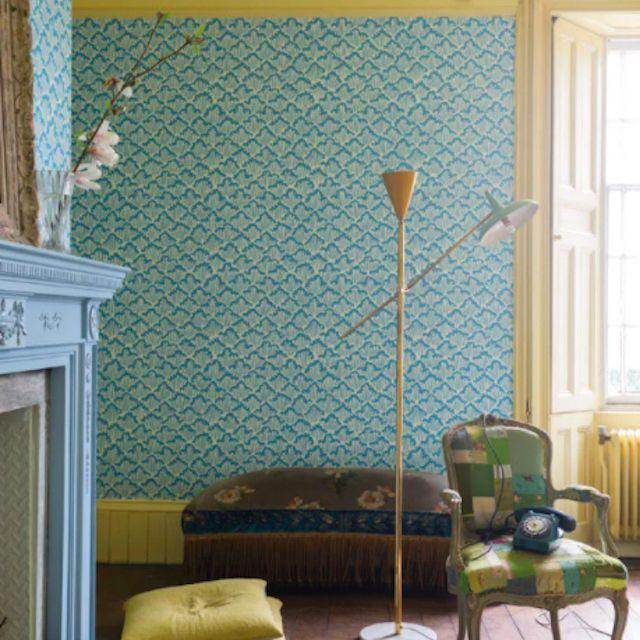 Habitación con tablero pintado de amarillo
