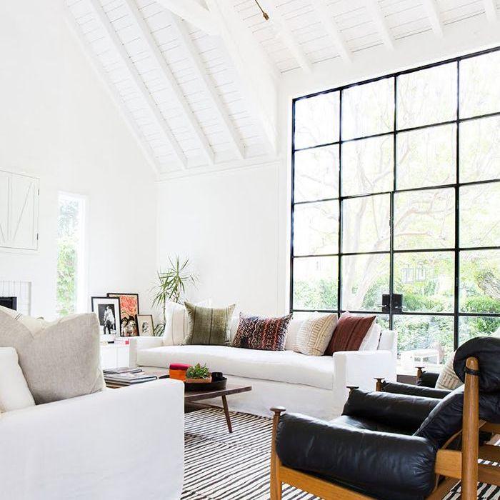 sala de estar con alfombras de rayas en blanco y negro