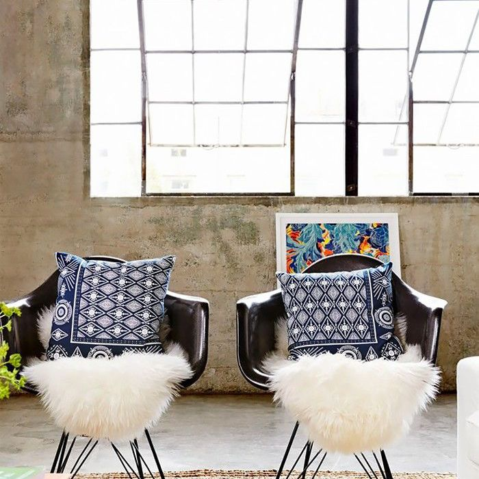 sillones con almohadas sobre alfombra de yute