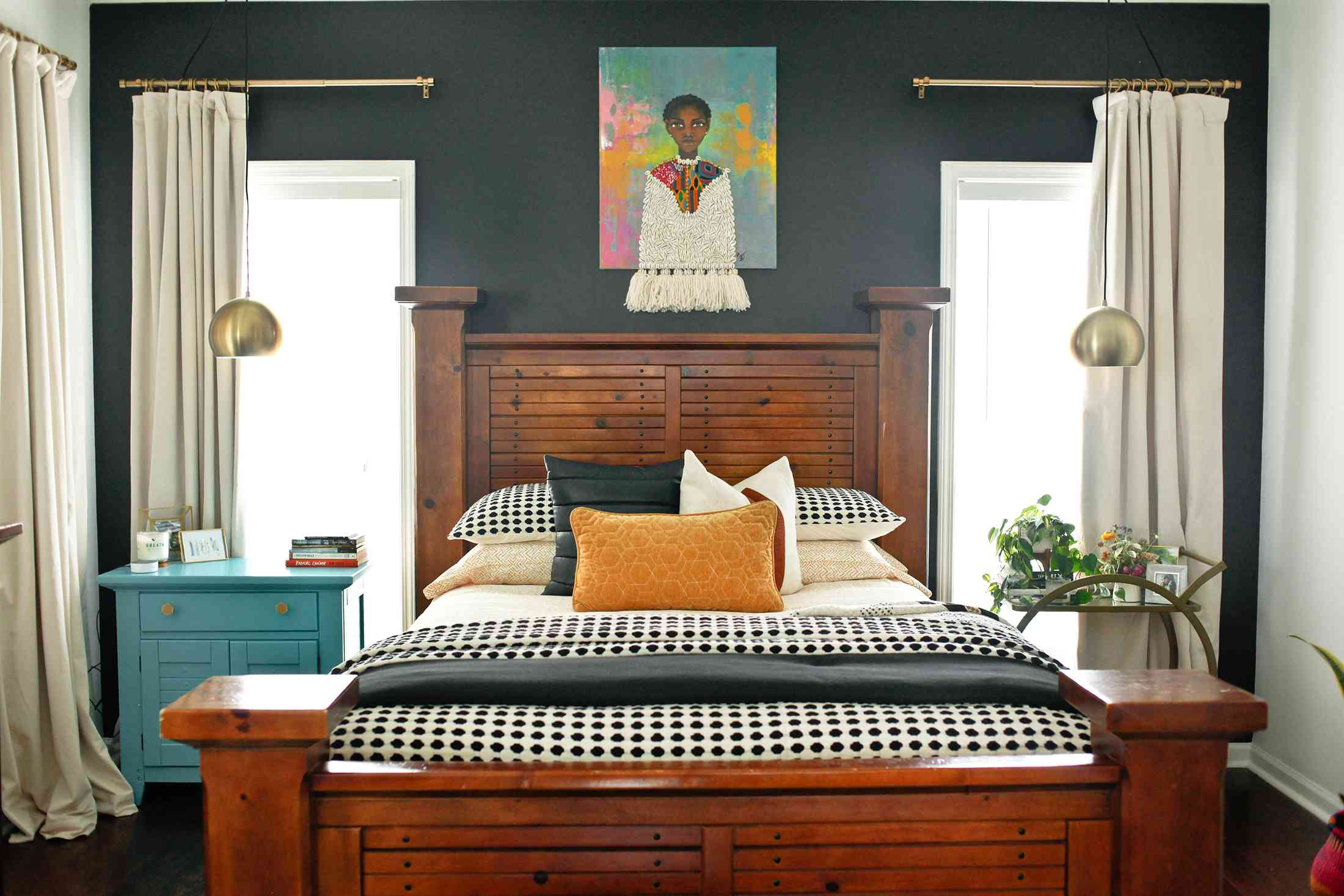 dormitorio con paredes oscuras y colores en capas