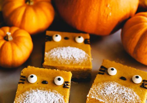 Golosinas saludables de Halloween - Totoro Pumpkin Cheesecake Bars