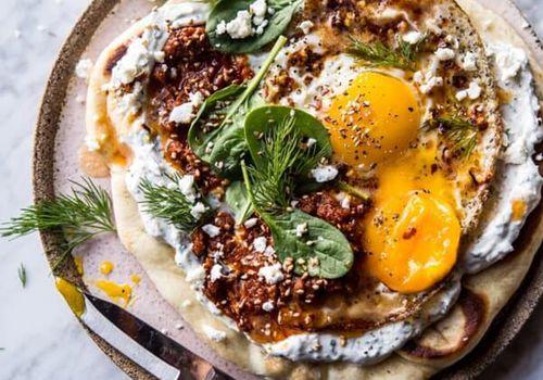 cómo saber si los huevos aún son buenos: huevos fritos turcos en yogur con hierbas