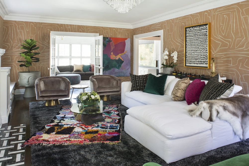 sala de estar colorida con papel pintado