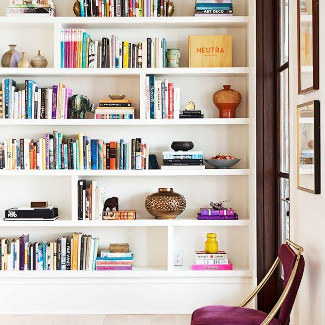 Una estantería en la casa Rucker está decorada con una sola silla morada