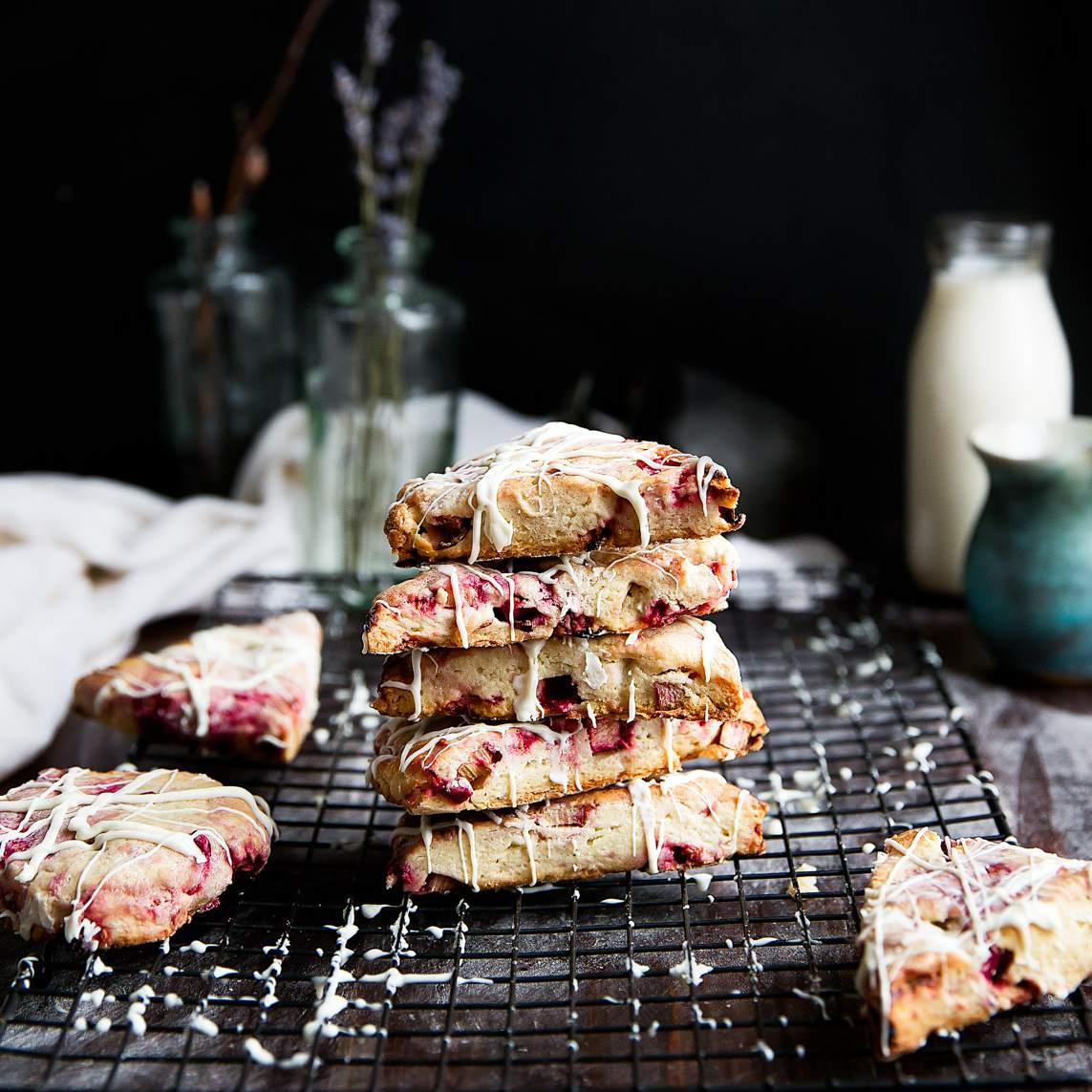 Scones de chocolate blanco y frambuesa y ruibarbo