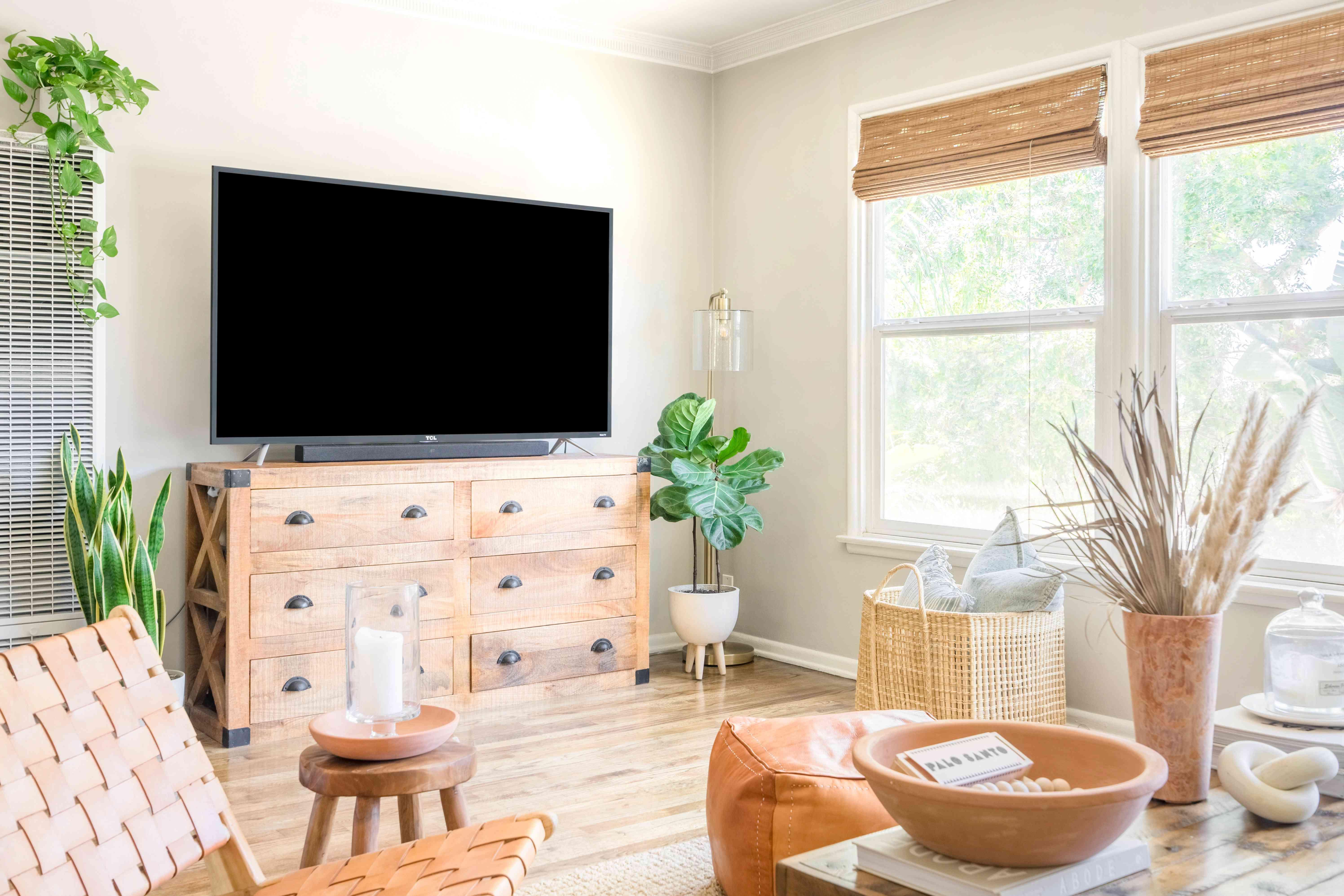 alisha agrellas home tour - sala de estar con tv