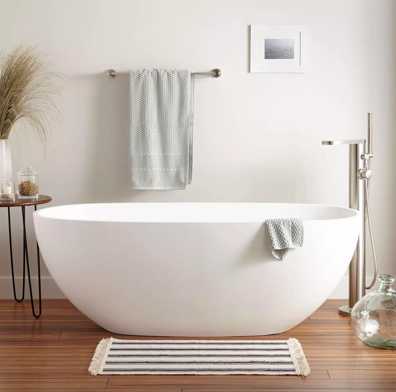 white freestanding tub