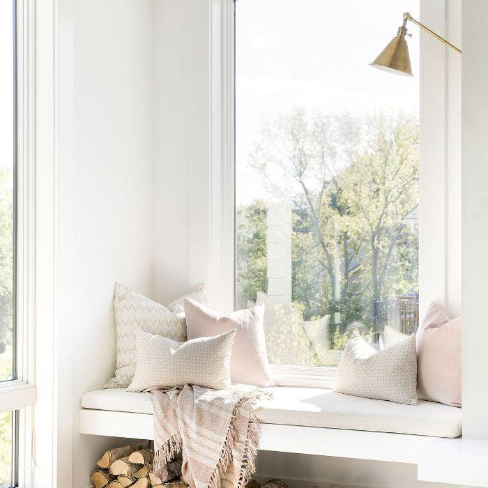 luminoso salón con asiento en la ventana