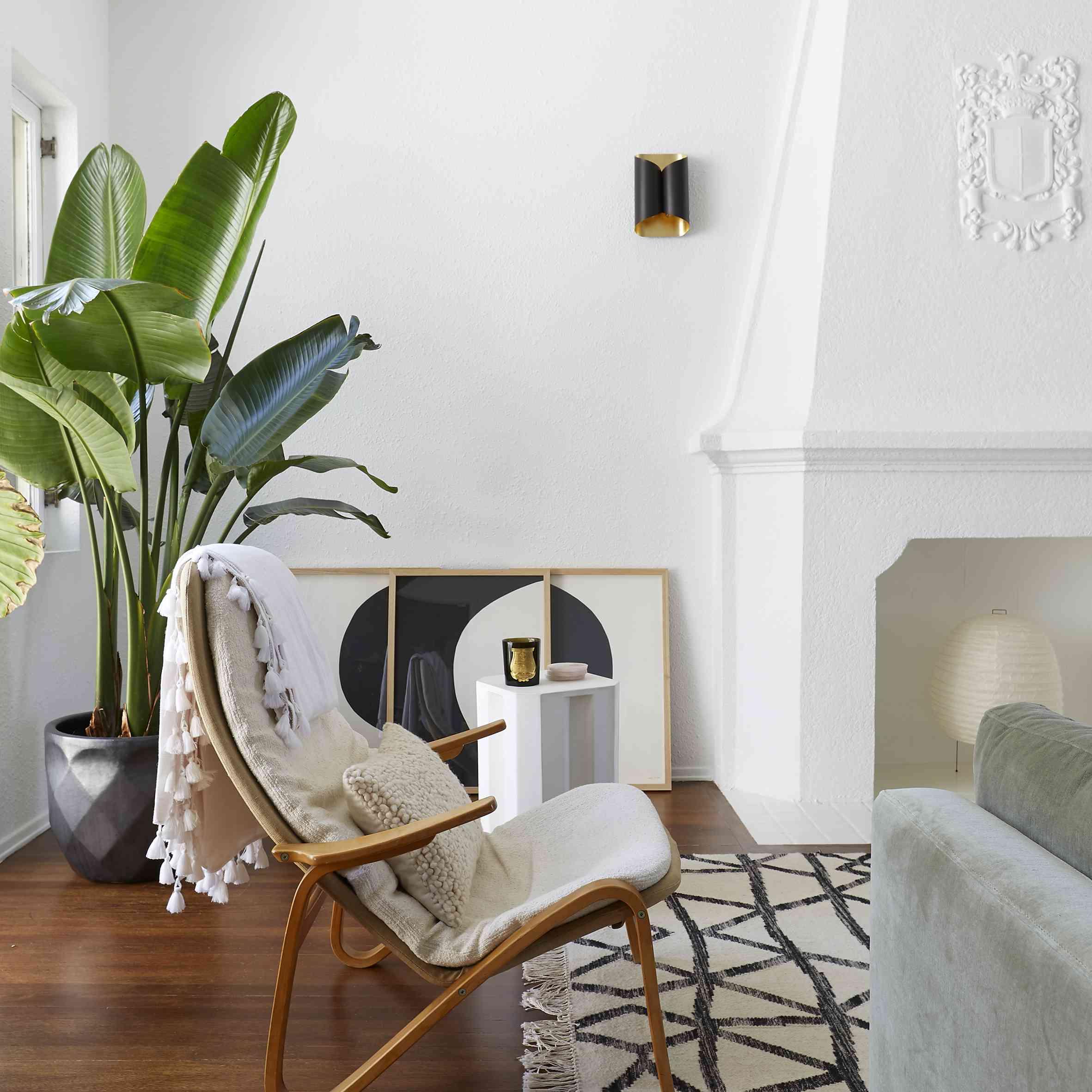 sala de estar con detalles arquitectónicos de estilo español