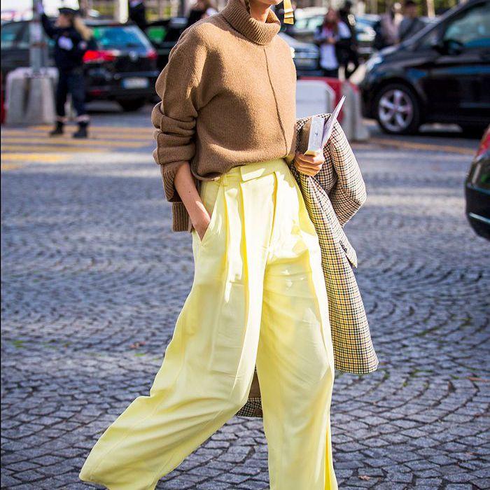 una mujer vestida con un cuello de tortuga y pantalones anchos