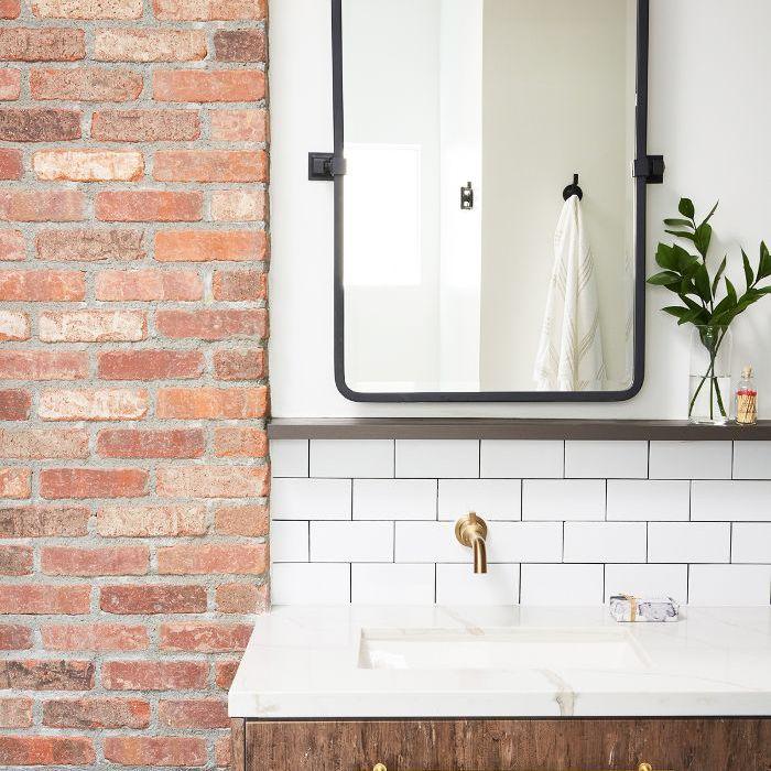 Baño principal con placa para salpicaduras de azulejos del metro