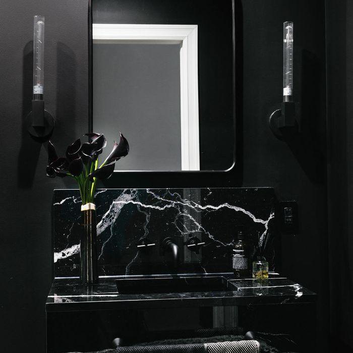 Visita a casa en blanco y negro: baño negro