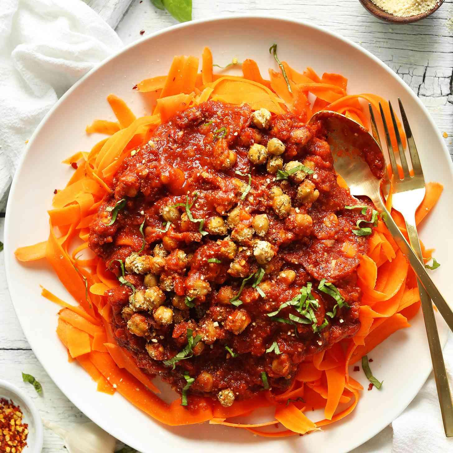boloñesa de garbanzos con fideos de zanahoria