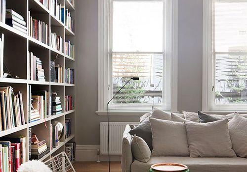Ideas acogedoras para el hogar: un tiro de piel sintética envuelto en una silla decorativa blanca