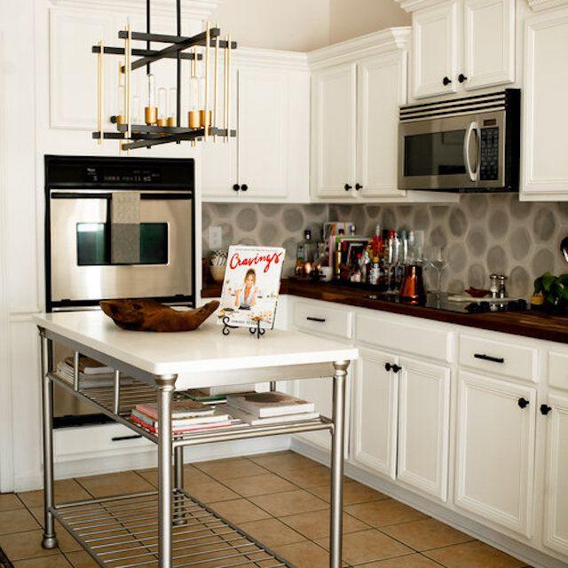 Kitchen with freestanding island