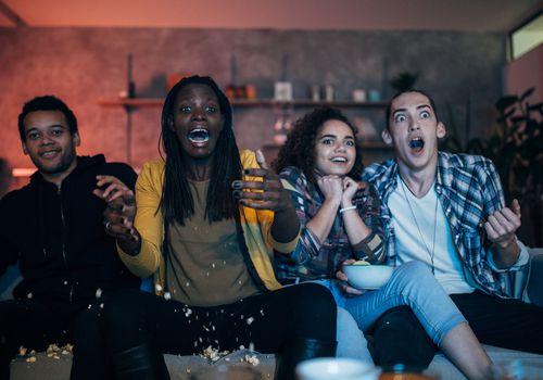 Cuatro amigos viendo una película súper aterradora.