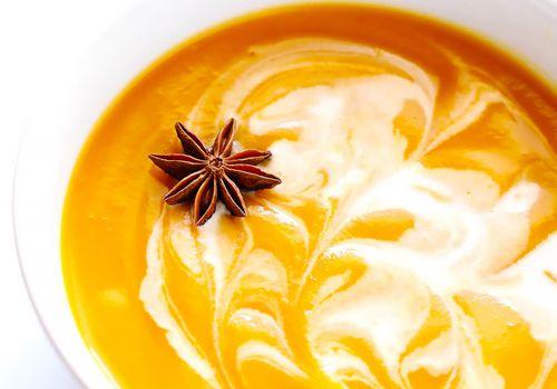 Un aperitivo vegano de sopa de calabaza chai.
