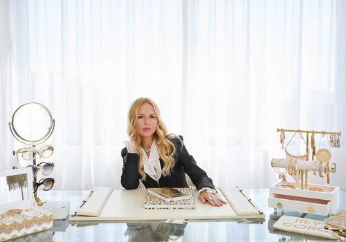 Rachel Zoe en el escritorio