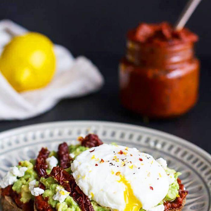 huevos con tostadas de aguacate