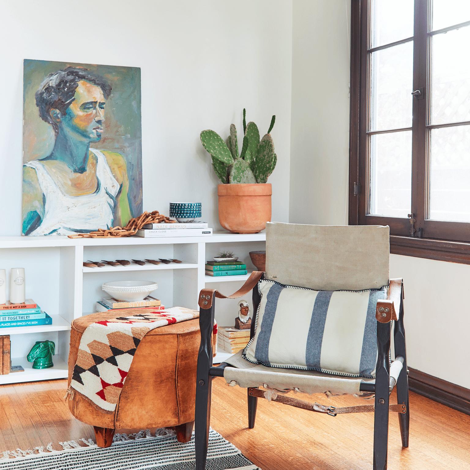 Muebles vintage en una elegante sala de estar de Los Ángeles