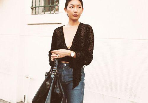 mujer en camisa negra
