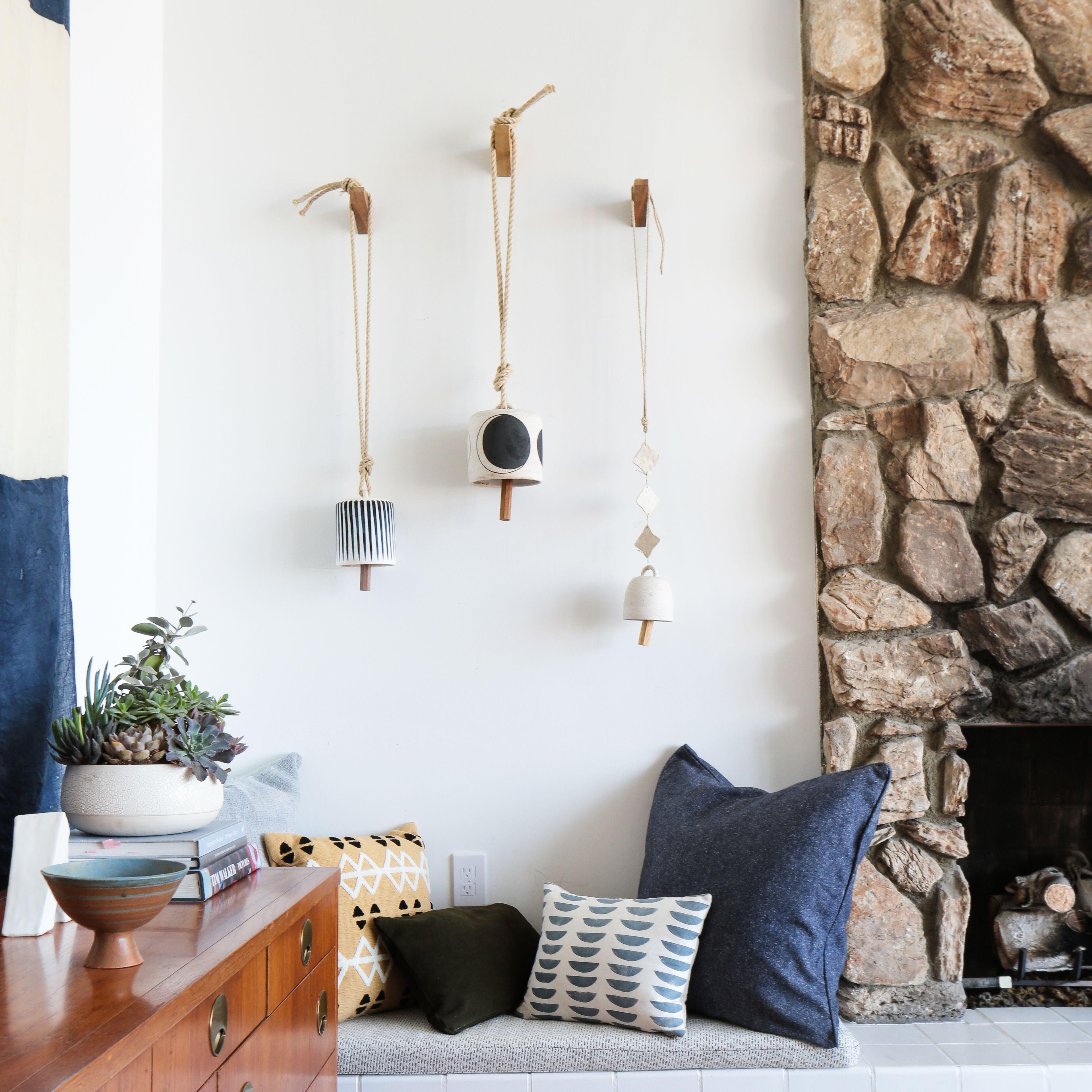Un banco de salón con almohadas junto a una chimenea